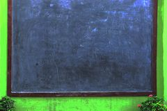 空白的黑板背景,村庄外部黑板有花背景 库存图片