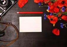 空白的贺卡和一支红色铅笔 库存图片