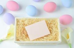 空白的贺卡有淡色复活节彩蛋背景 免版税库存照片