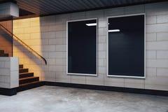 空白的黑广告牌在空的地铁大厅里 库存图片