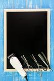 空白的黑板、剪刀美发师和飞剪机理发师求爱 库存图片