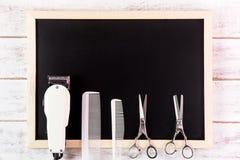 空白的黑板、剪刀美发师和飞剪机理发师求爱 免版税库存照片