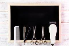 空白的黑板、剪刀美发师和飞剪机理发师求爱 免版税库存图片