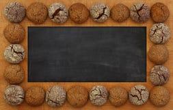 空白的黑板、黑板、木制框架和曲奇饼,拷贝温泉 免版税库存照片