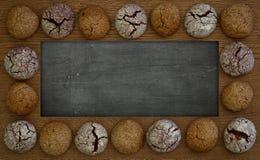空白的黑板、黑板、木制框架和曲奇饼,拷贝温泉 免版税图库摄影