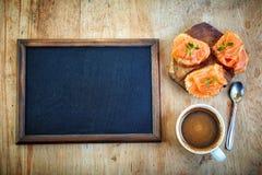 空白的黑板和咖啡 库存图片