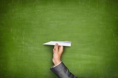 黑空白的黑板用拿着纸的手 免版税库存图片