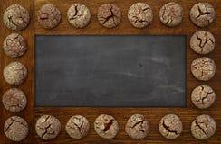 空白的黑板,空的黑板木制框架和巧克力co 免版税图库摄影