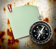 空白的绿色贴纸和指南针 免版税库存照片