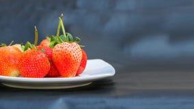 空白盘的草莓 库存照片