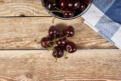 空白碗的樱桃 免版税库存图片