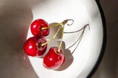 空白碗的樱桃 库存图片