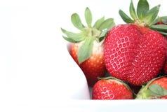 空白碗的草莓 免版税库存图片