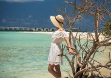 空白礼服的女孩在海滩 马尔代夫 热带 假期 库存图片
