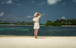 空白礼服的女孩在海滩 马尔代夫 热带 假期 免版税库存图片