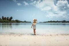 空白礼服的女孩在海滩 马尔代夫 热带 假期 图库摄影