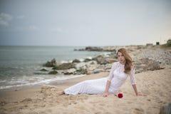 空白礼服的女孩 免版税图库摄影
