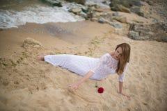 空白礼服的女孩 免版税库存图片