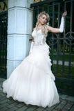 空白礼服的秀丽新娘 免版税库存图片