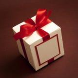 空白礼物盒和红色丝带 库存图片