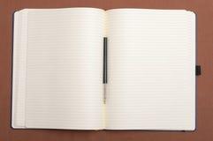 空白笔记本和黑色笔 免版税库存照片