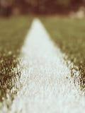 空白线路在人为绿色草皮背景绘的标记 冬天橄榄球操场 免版税库存照片