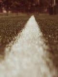 空白线路在人为绿色草皮背景绘的标记 冬天橄榄球操场 免版税库存图片