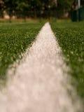 空白线路在人为绿色草皮背景绘的标记 冬天橄榄球操场 库存照片