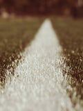 空白线路在人为绿色草皮背景绘的标记 冬天橄榄球操场 库存图片