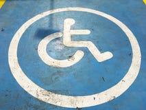 空白线路残疾停车处标志在蓝色的绘了具体st 图库摄影