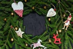 空白背景圣诞节玻璃查出的范围的玩具 抽象空白背景圣诞节黑暗的装饰设计模式红色的星形 黑色背景 真正的树 库存照片
