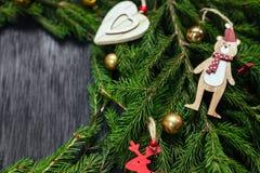 空白背景圣诞节玻璃查出的范围的玩具 抽象空白背景圣诞节黑暗的装饰设计模式红色的星形 黑色背景 真正的树 库存图片