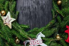 空白背景圣诞节玻璃查出的范围的玩具 抽象空白背景圣诞节黑暗的装饰设计模式红色的星形 黑色背景 真正的树 图库摄影