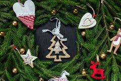 空白背景圣诞节玻璃查出的范围的玩具 抽象空白背景圣诞节黑暗的装饰设计模式红色的星形 黑色背景 真正的树 免版税库存图片