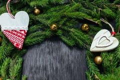 空白背景圣诞节玻璃查出的范围的玩具 抽象空白背景圣诞节黑暗的装饰设计模式红色的星形 黑色背景 真正的树 免版税库存照片