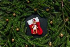 空白背景圣诞节玻璃查出的范围的玩具 抽象空白背景圣诞节黑暗的装饰设计模式红色的星形 黑色背景 真正的树 免版税图库摄影