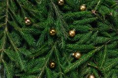 空白背景圣诞节玻璃查出的范围的玩具 抽象空白背景圣诞节黑暗的装饰设计模式红色的星形 绿色背景 真正的树 库存图片