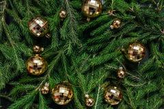 空白背景圣诞节玻璃查出的范围的玩具 抽象空白背景圣诞节黑暗的装饰设计模式红色的星形 绿色背景 真正的树 免版税图库摄影