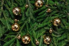 空白背景圣诞节玻璃查出的范围的玩具 抽象空白背景圣诞节黑暗的装饰设计模式红色的星形 绿色背景 真正的树 免版税库存图片
