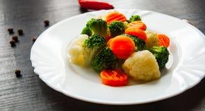 空白背景新鲜的庭院混杂的蔬菜 花椰菜、硬花甘蓝和红萝卜在板材 库存图片