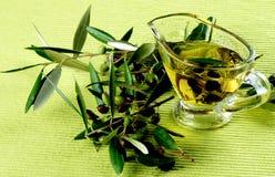 空白背景油橄榄色的橄榄 免版税库存照片