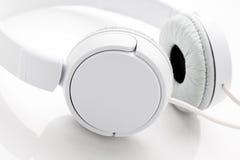 空白背景的耳机 免版税库存照片