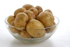 空白背景碗玻璃的土豆 库存照片