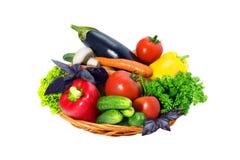 空白背景篮子的新鲜蔬菜 免版税库存照片