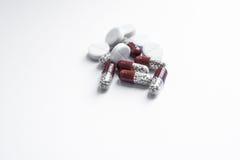 空白背景胶囊查出的片剂的维生素 免版税库存照片