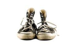 空白背景脏的查出的老的运动鞋 免版税库存图片
