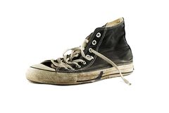 空白背景脏的查出的老的运动鞋 免版税库存照片