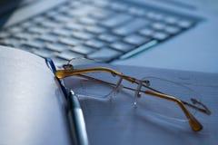 空白膝上型计算机和玻璃 免版税库存照片