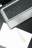 空白膝上型计算机纸张页表 图库摄影
