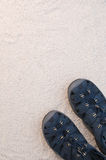 空白蓝色沙子的凉鞋 免版税库存照片